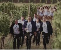 Kollárovci a ich nový klip Daj mi lásku, daj, ktorý je plný vína, žien a spevu!