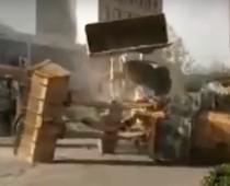 Robotníci v Číne na seba útočili bagrami