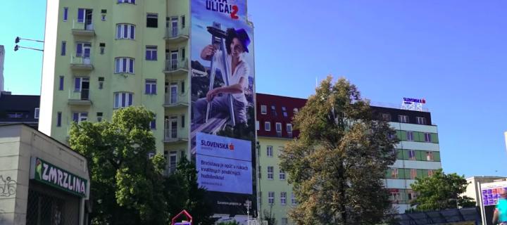 Slovenská sporiteľňa v boji proti reklamnému smogu odstránila svoj posledný billboard, z ktorého urobila šmýkačku