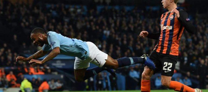 Najbizarnejšia penalta tohto roka? Sterling zakopol a rozhodca odpískal (VIDEO)