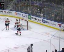 """V nočnom zápase NHL padol kuriózny gól. """"Strelcom"""" bol rozhodca"""