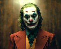 Joaquin Phoenix exceluje ako Joker v debutovom traileri