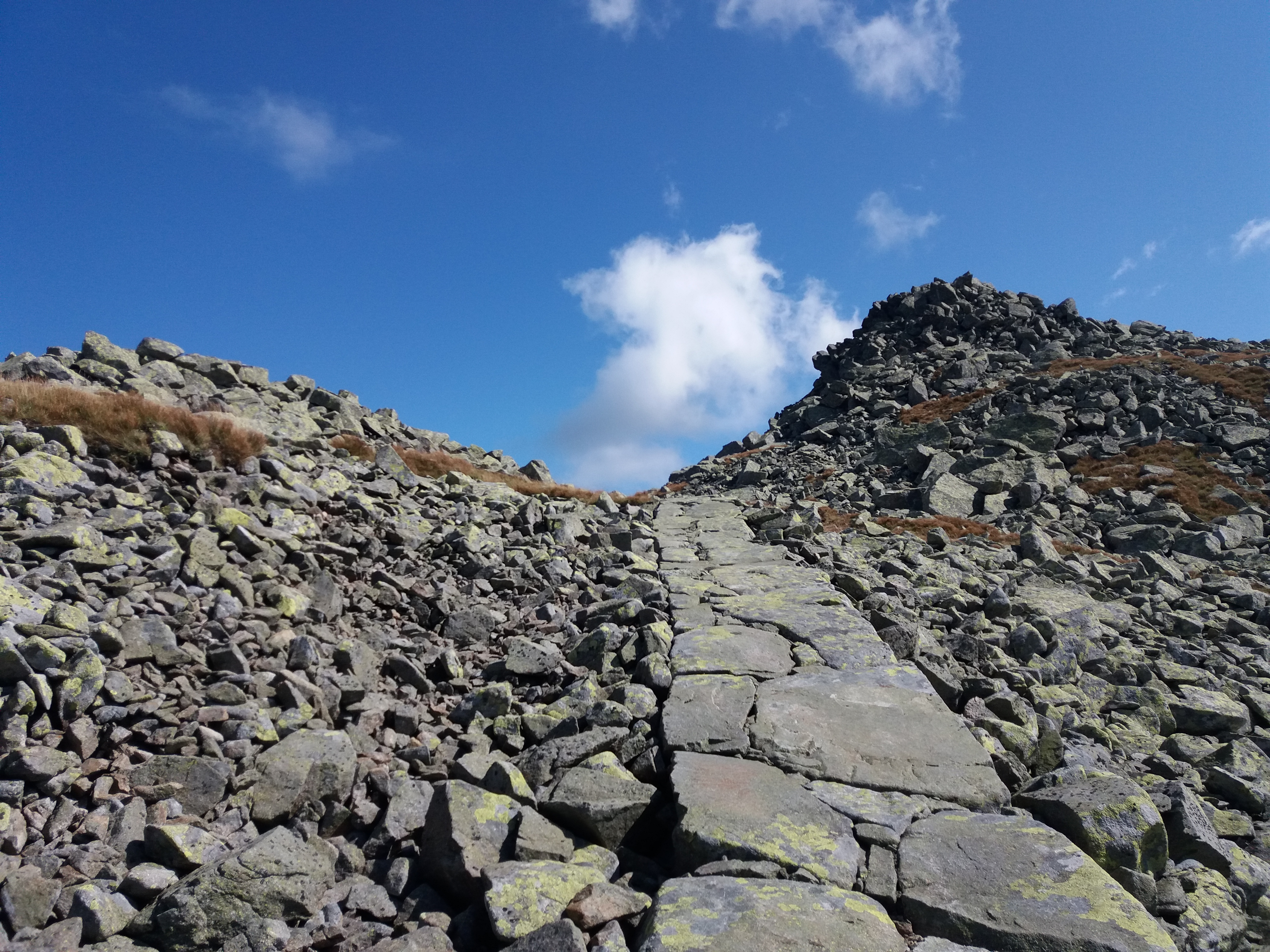 Kamenný chodník smerom na Chopok.