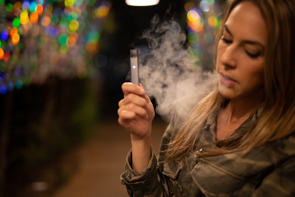 Vapovanie alebo fajčenie E-cigarety sa stalo trendom.