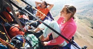 Sasha DiGiulian a Edu Marin pri oddychu na rímse skaly Mora Mora vo výške 500 metrov.