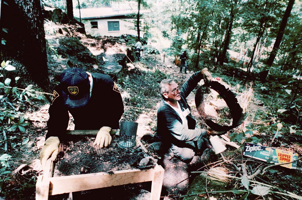 Jeffrey Dahmer a forenzní vyšetrovatelia.