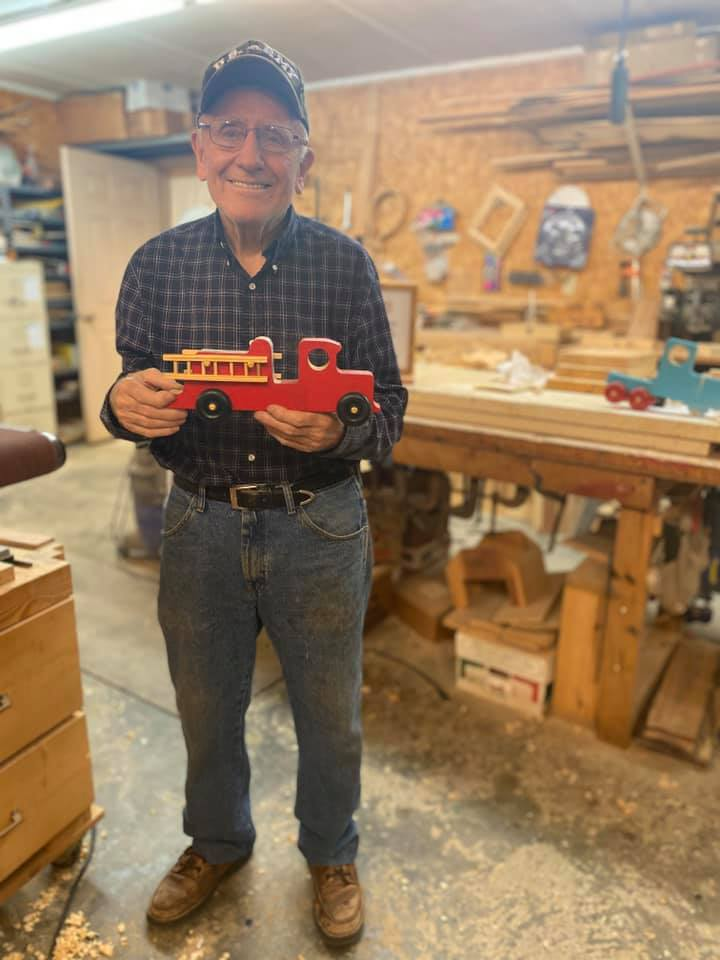 Jim Annis v dielni, kde vyrába hračky